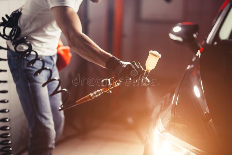 Autowasserette en deklaagzaken met ceramische deklaag Bespuitende vernis aan auto stock fotografie
