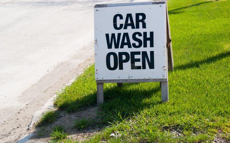 Autowasserette Open Teken op Rand stock foto's