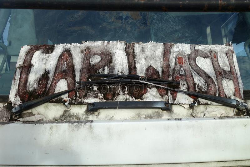 Autowasserettewoorden op vuil autoraam stock foto's