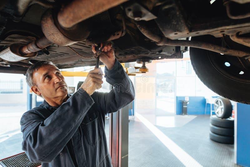 Autowerktuigkundige die een auto herstellen stock foto's