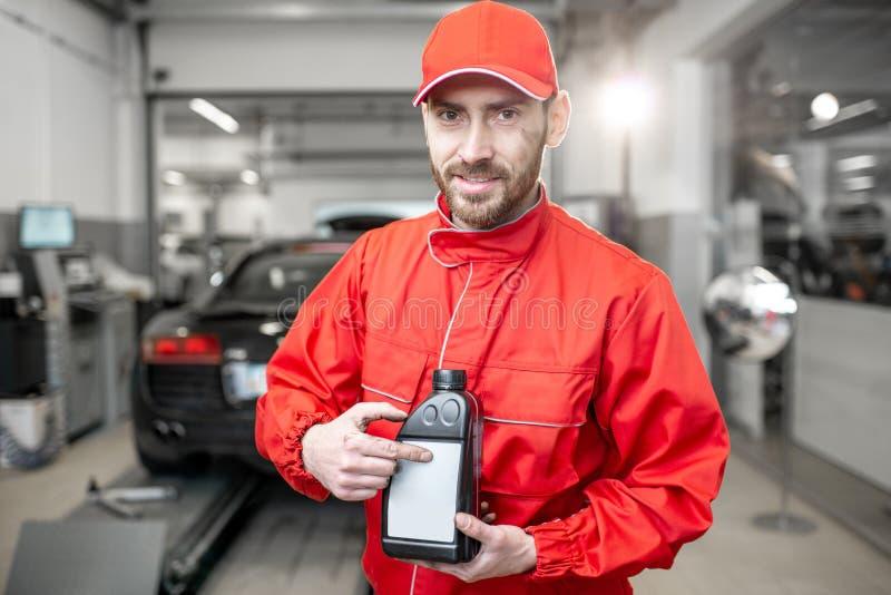 Autowerktuigkundige met autoolie stock foto's