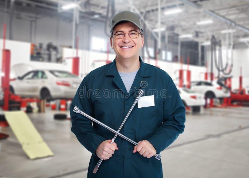 Autowerktuigkundige met moersleutel. stock afbeeldingen