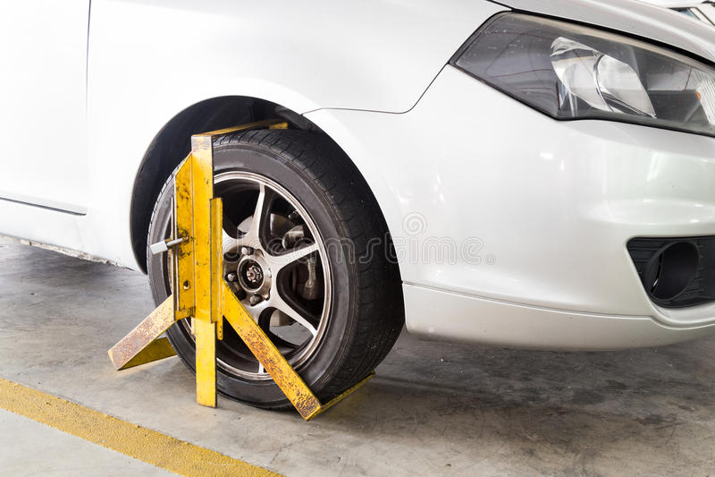 Autowiel voor onwettige parkerenschending bij parkeerterrein wordt vastgeklemd dat royalty-vrije stock fotografie