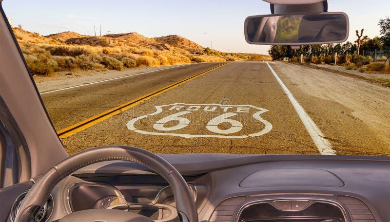 Autowindschutzscheibenansicht historischen Route 66 s, Kalifornien, USA stockfoto