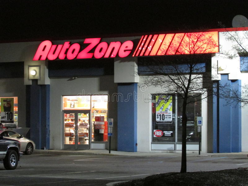 AutoZone осветило подписывает внутри Edison на Rt 1 на последнем вечере, NJ США стоковые изображения