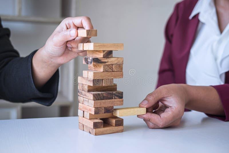 Autre risque et stratégie dans les affaires, main de l'équipe d'affaires, jeu coopératif placement de la hiérarchie des blocs  photos stock