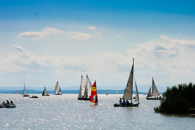 15 8 2009, Autriche, Neusiedler voient, beaucoup de petits bateaux sur un lac photos stock