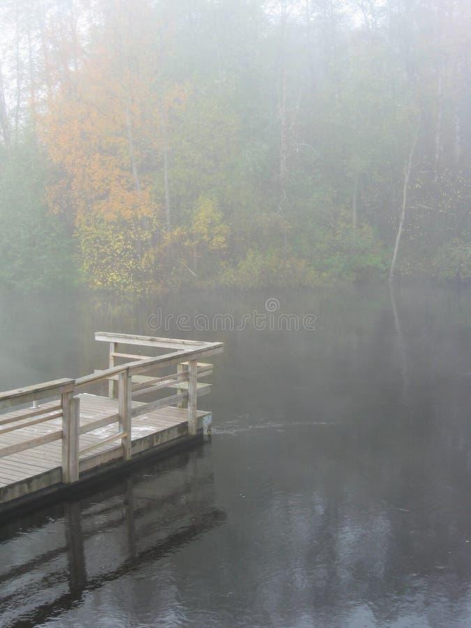 Autum durch Fluss lizenzfreie stockfotos