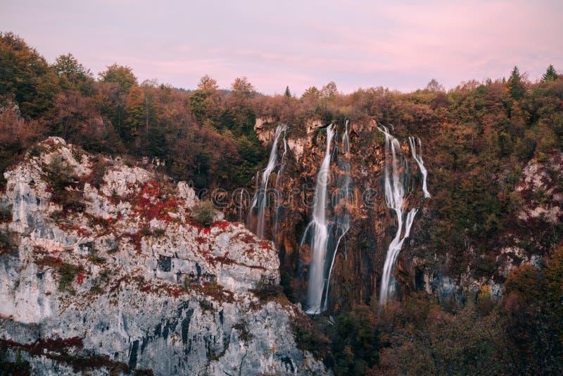 Autum kolory i siklawy Plitvice park narodowy w Chorwacja zdjęcie royalty free