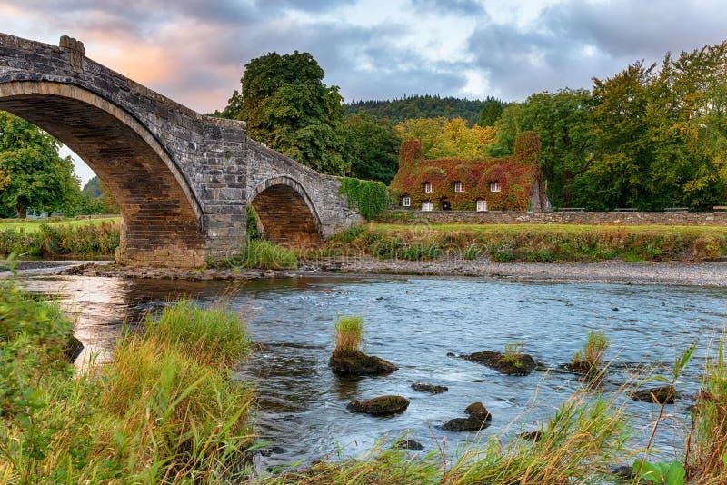 Autum wschód słońca przy Llanrwst mostem zdjęcie royalty free