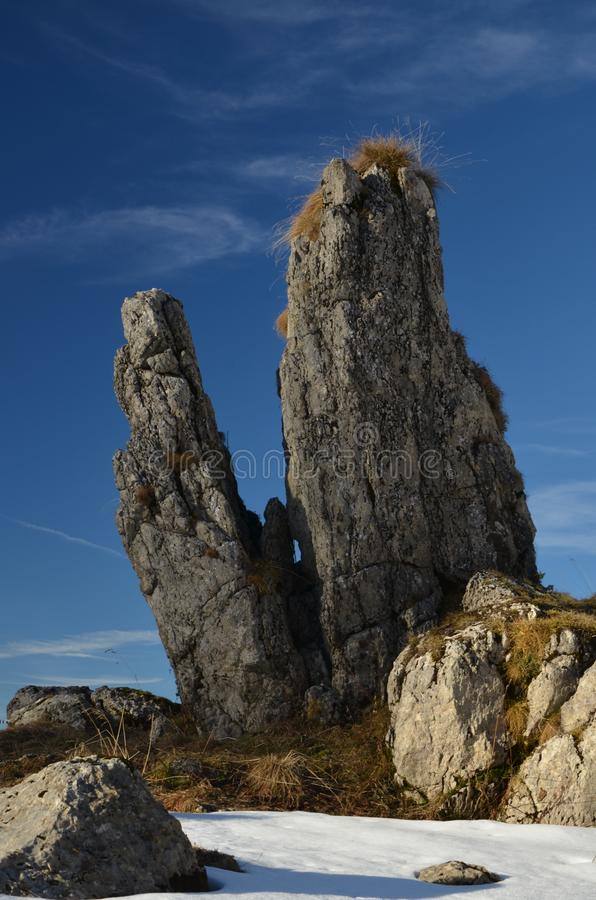 Autummfoto van eenzame rotsen op suissealpen stock fotografie