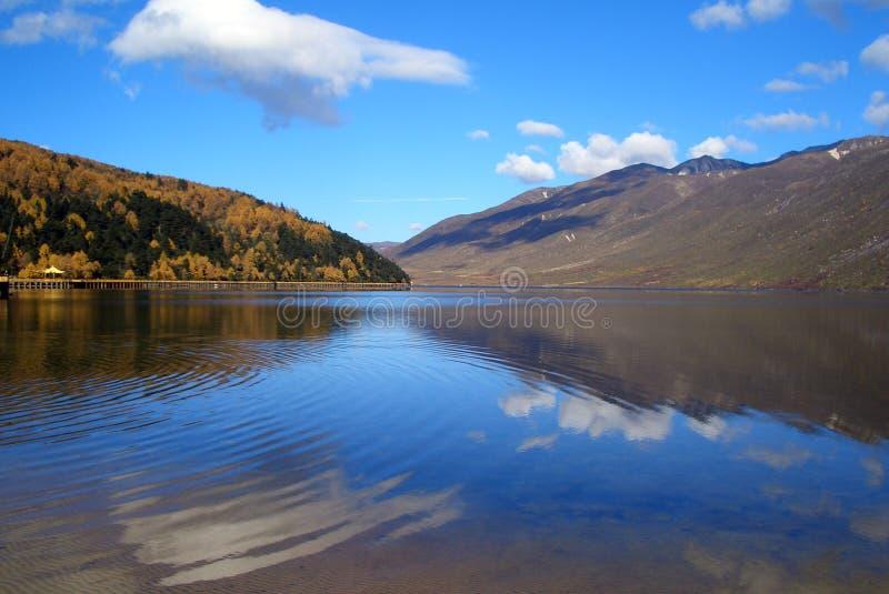 Autumn湖和天空 图库摄影
