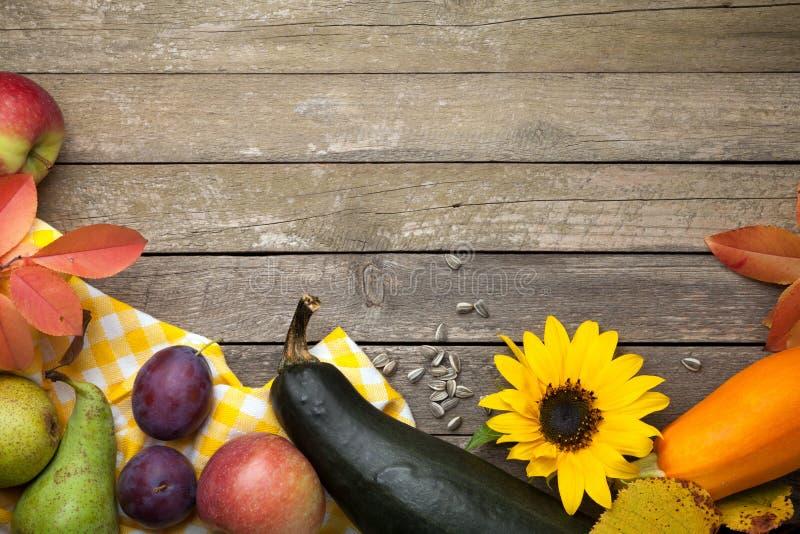 Autumn Background na madeira imagem de stock