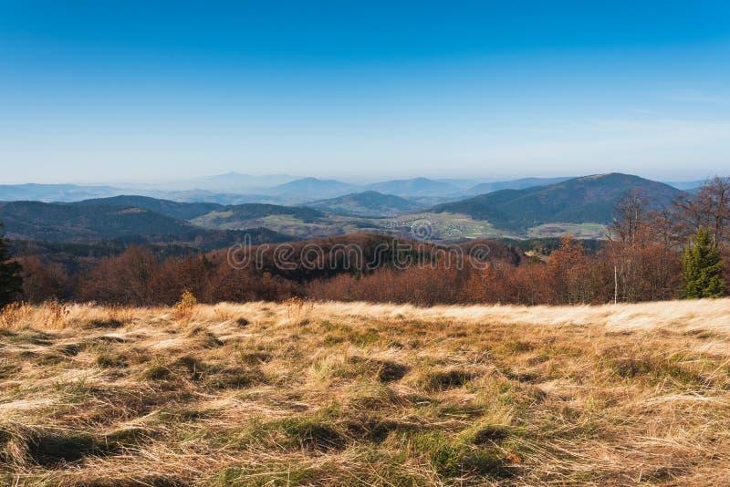 Autumn Beskid Wyspowy från Mountain Clearing nära toppmötet i Mogielica royaltyfria foton