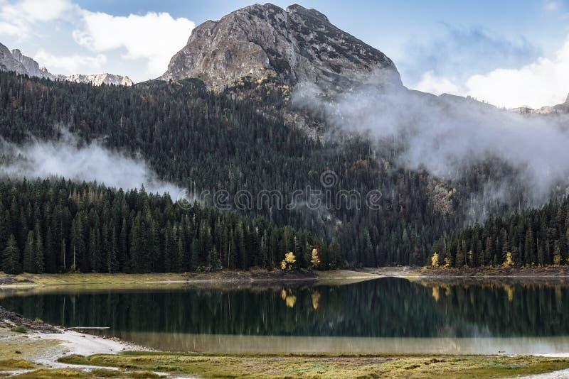 Autumn Black Lake, parque nacional de Durmitor, Zabljak, Montenegro fotografía de archivo