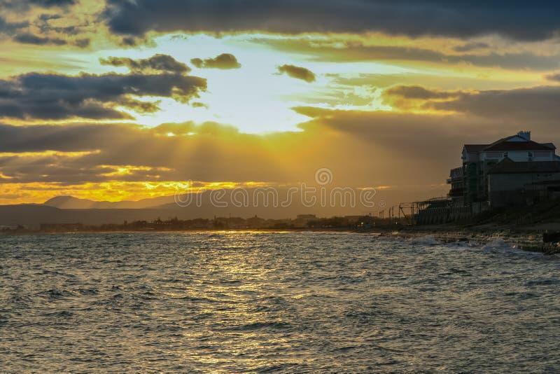 Autumn Black Sea fora da costa do Primorsky fotos de stock