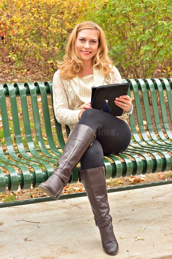 Autumn Blond med minnestavlan royaltyfri bild