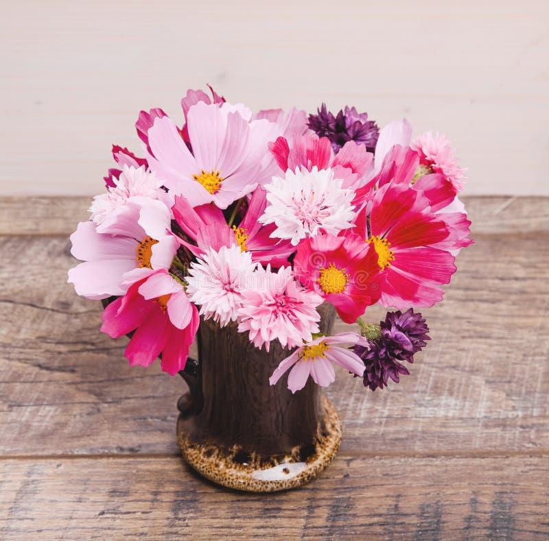 Autumn Bouquet av blommor i rött, skuggor av lilor, rosa färger Kosmos blåklintkosmeja, blommasammansättning på trä arkivfoto