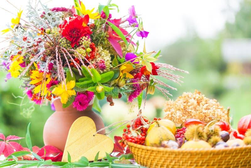 Autumn Bouquet variopinto, decorazione di autunno fotografia stock libera da diritti