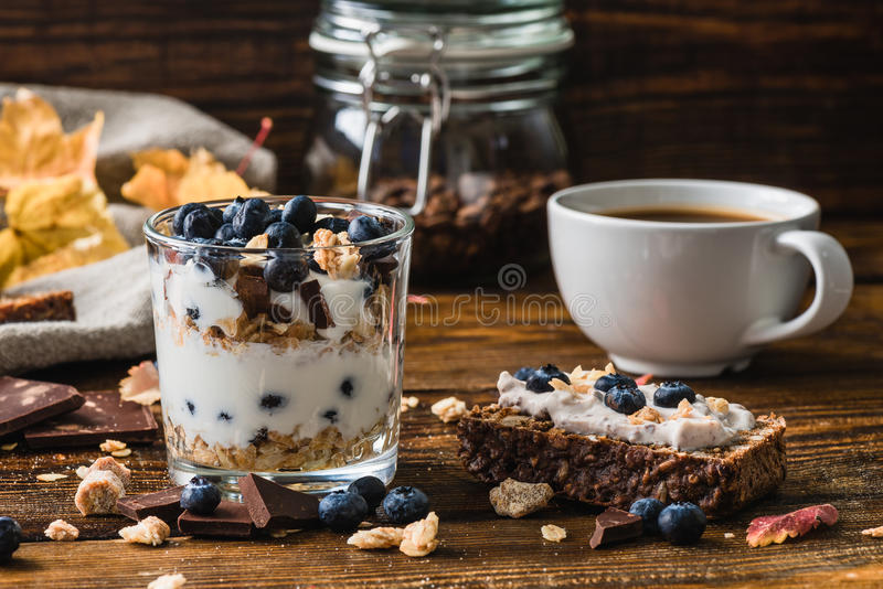 Autumn Breakfast avec la myrtille fraîche image stock