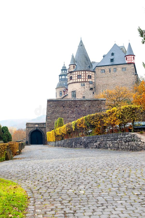 Autumn Burresheim Castle com o jardim decorativo real fotografia de stock royalty free