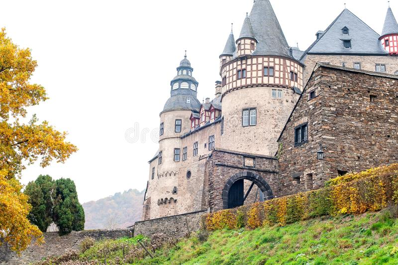Autumn Burresheim Castle mit Topiarygrünbäumen im Ornamental stockfoto