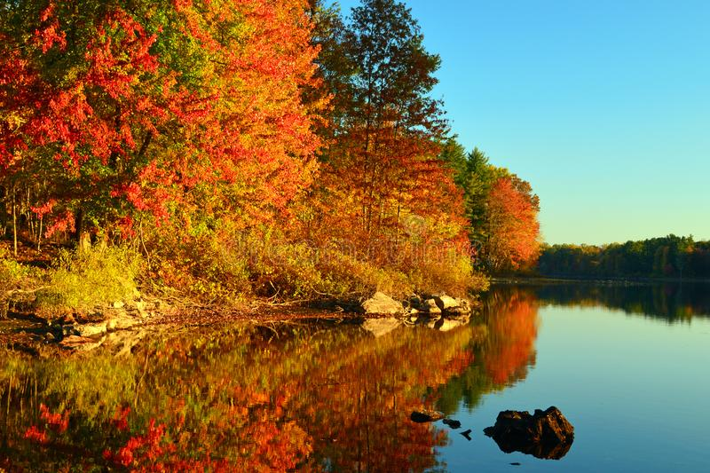 Autumn Calm auf einem New England See stockfotos