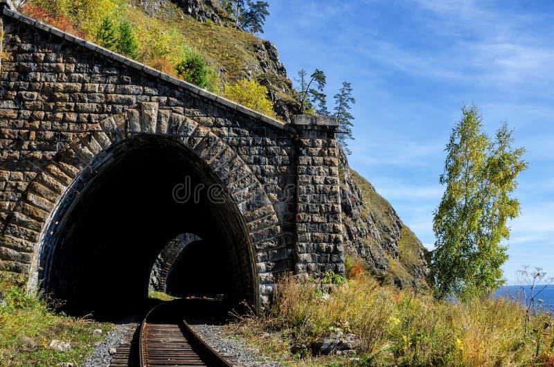 Autumn Circum-Baikal Railway auf dem Süd-Baikalsee lizenzfreie stockfotos