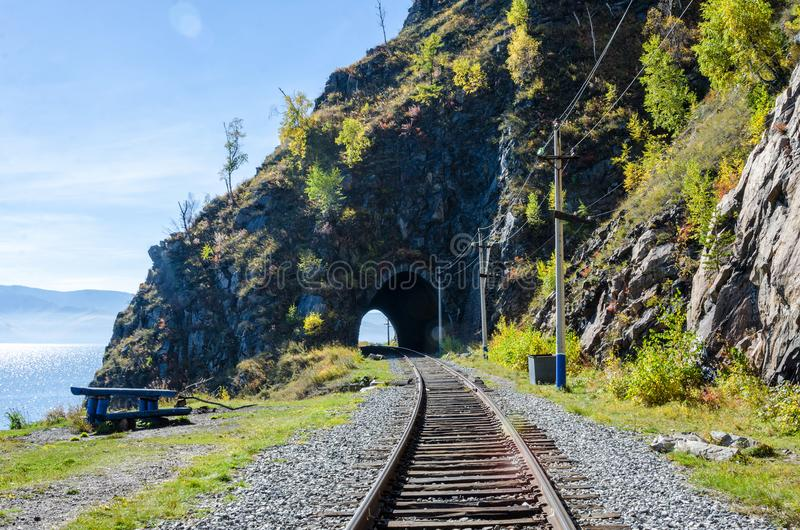 Autumn Circum-Baikal Railway auf dem Süd-Baikalsee lizenzfreie stockfotografie
