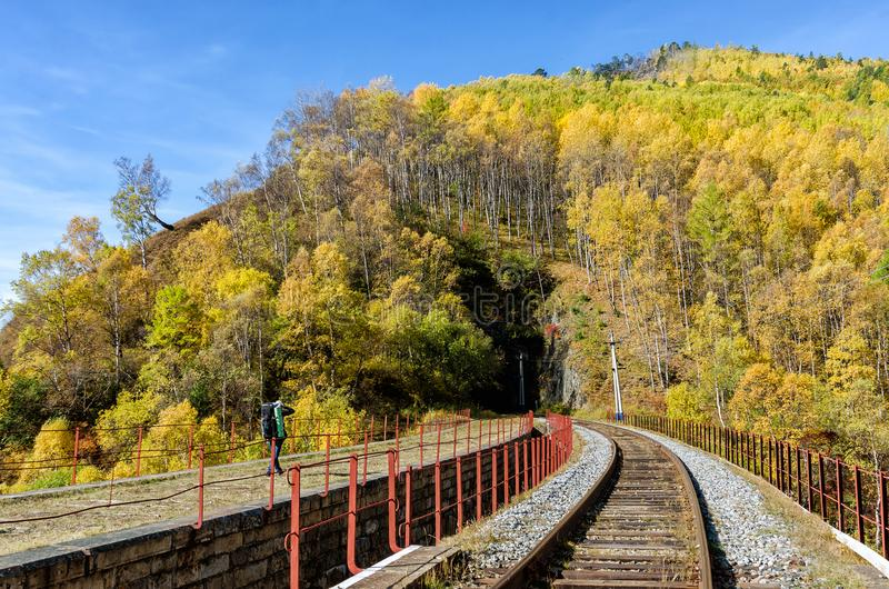 Autumn Circum-Baikal Railway auf dem Süd-Baikalsee mit Wanderer lizenzfreie stockbilder