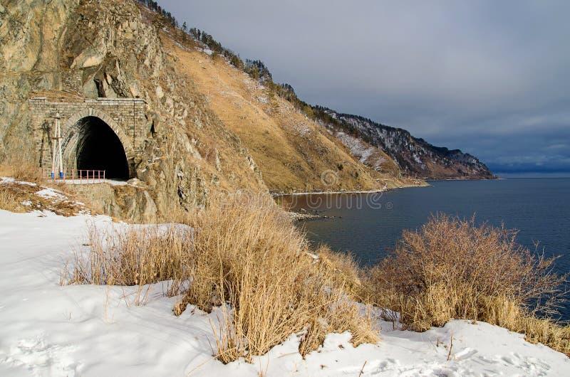 Autumn Circum-Baikal Railway mit Schnee auf dem Süd-Baikalsee lizenzfreies stockfoto