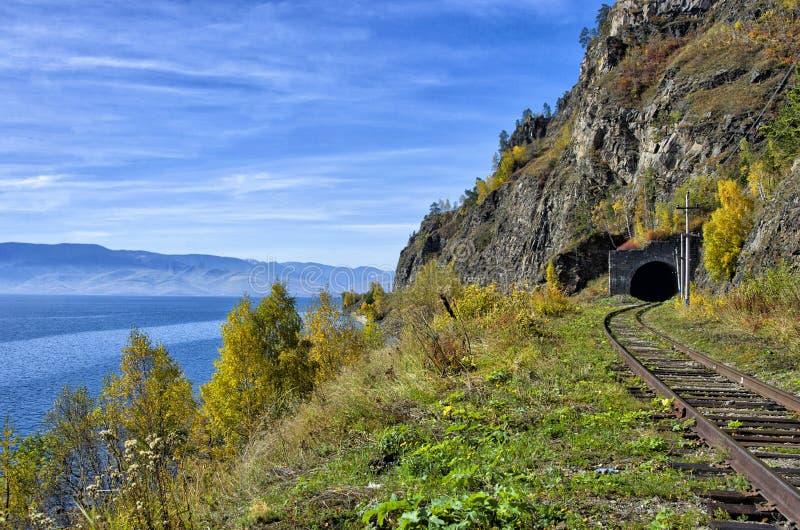 Autumn Circum-Baikal Railway op zuidenmeer Baikal stock foto