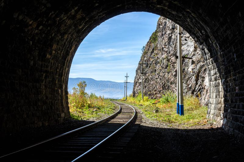 Autumn Circum-Baikal Railway op zuidenmeer Baikal stock fotografie