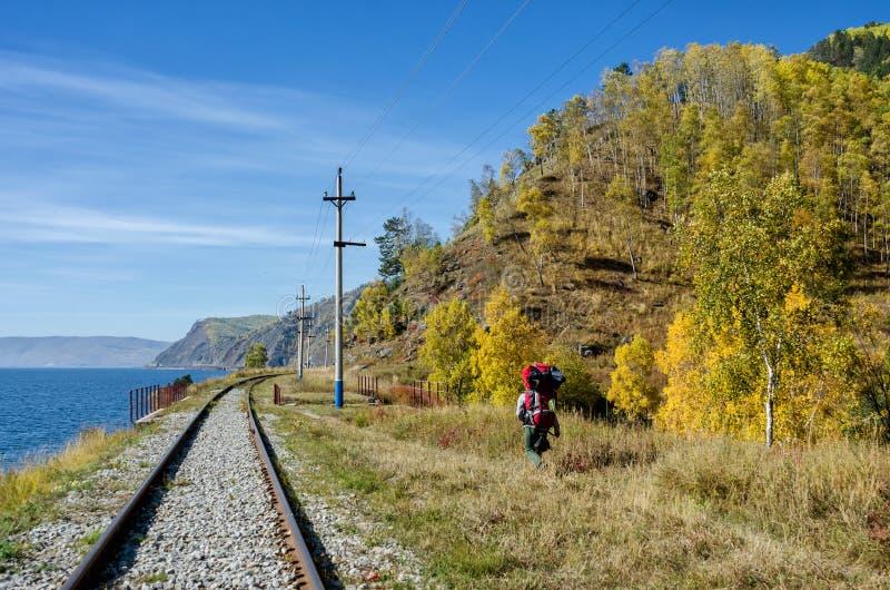 Autumn Circum-Baikal Railway op zuidenmeer Baikal met backpackers royalty-vrije stock fotografie
