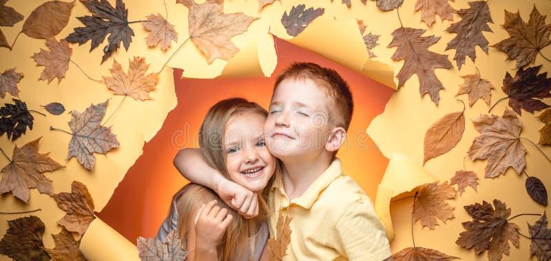 Autumn Clothing e tendências da cor A criança pequena aprecia a infância Alegrias da infância Jogo feliz dos miúdos Menina feliz  foto de stock royalty free