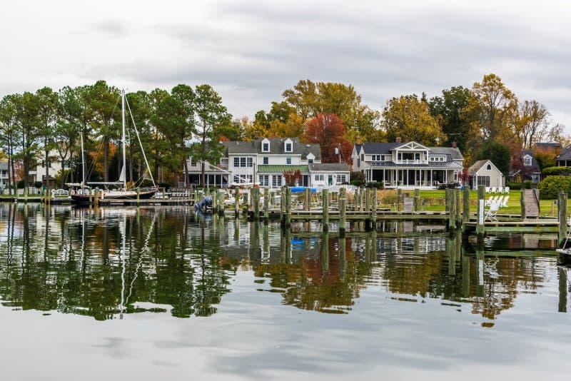 Autumn Color a costa e o porto da baía de Chesapeake em St Michaels imagem de stock