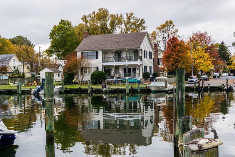 Autumn Color a costa e o porto da baía de Chesapeake em St Michaels foto de stock