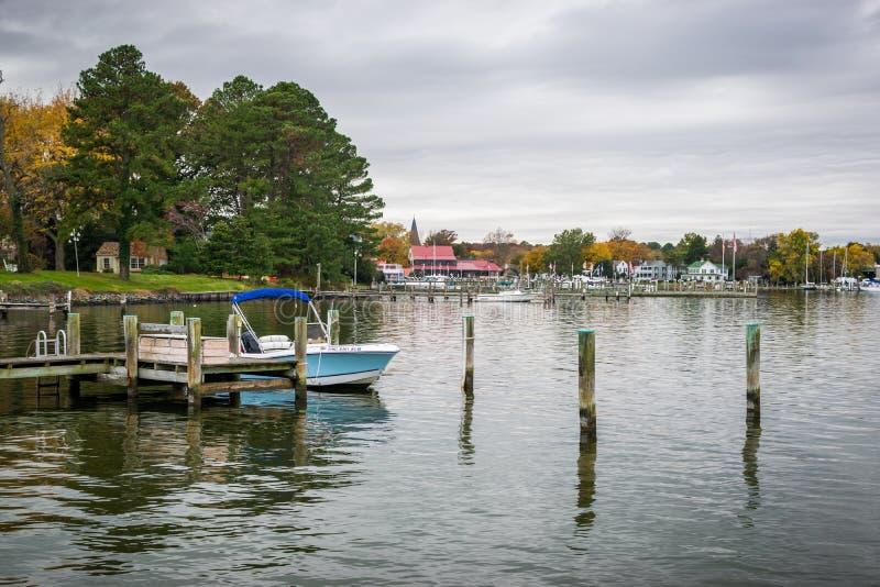 Autumn Color a costa e o porto da baía de Chesapeake em St Michaels imagens de stock royalty free
