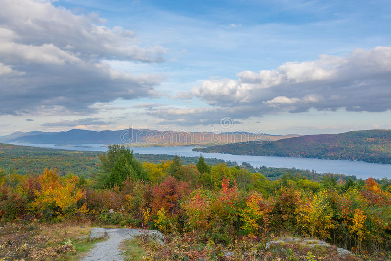 Autumn Color Rolling Into The sjö George Region royaltyfri foto