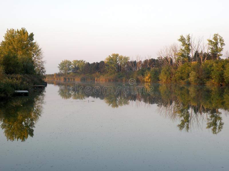 Autumn Colorful Trees Reflecting en rivière tranquille photos stock