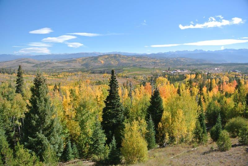 Autumn Colors dans le paysage de montagne photos libres de droits