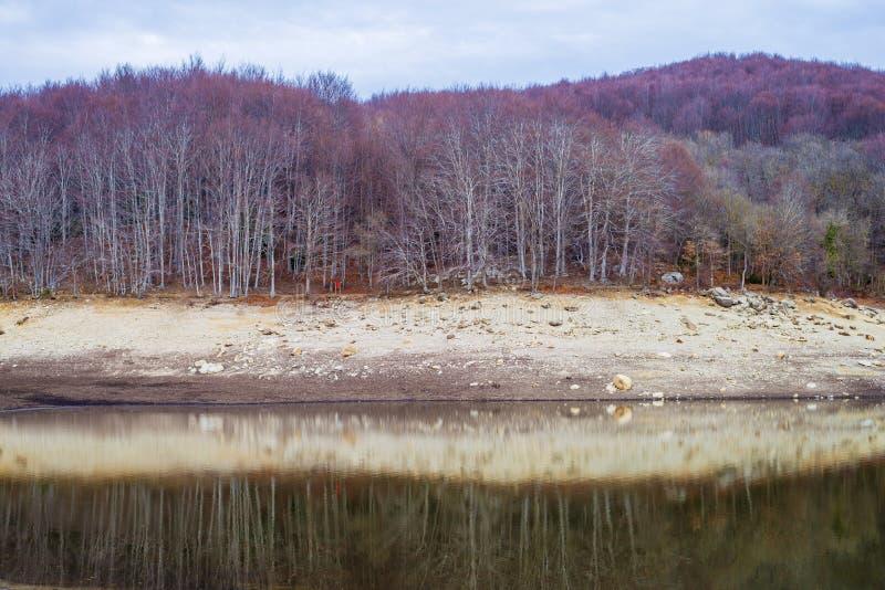 Autumn Colors e reflexões em Santa Fe Reservoir, parque natural de Montseny, Catalonia foto de stock