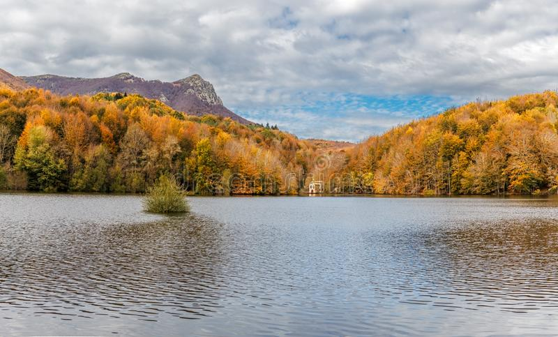 Autumn Colors em Santa Fe Reservoir, parque natural de Montseny imagens de stock