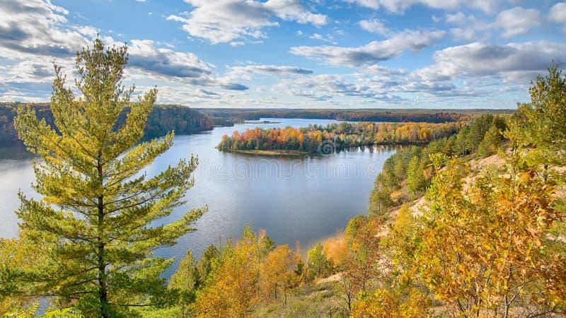 Autumn Colors höglands- slinga, AuSable scenisk Byway, MI fotografering för bildbyråer