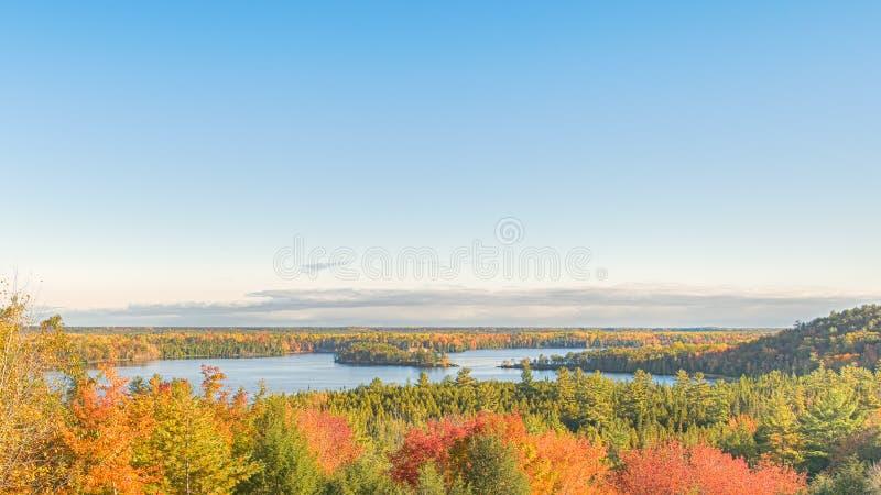 Autumn Colors, le mémorial de Canoer donnent sur, le chemin détourné scénique d'AuSable, MI photo stock