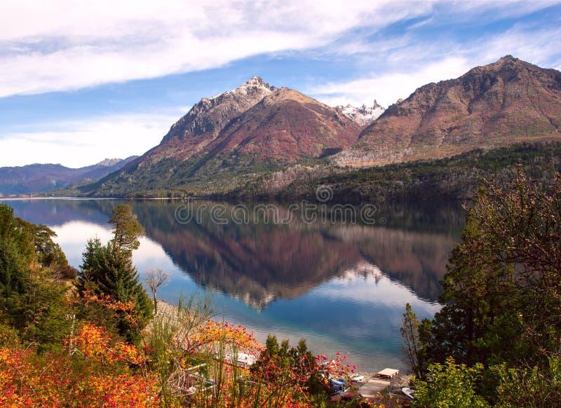 Autumn Colors in Meer Gutierrez, dichtbij Bariloche stock afbeeldingen