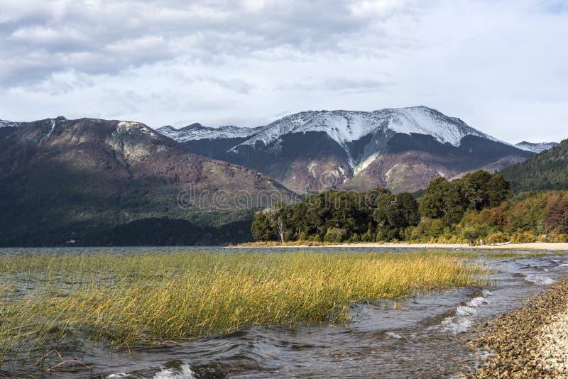 Autumn Colors no lago Mascardi - Patagonia, Argentina foto de stock royalty free