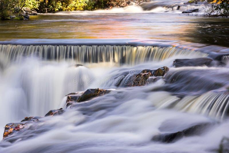 Autumn Colors på Upperförbindelsenedgångar, Michigan royaltyfria bilder