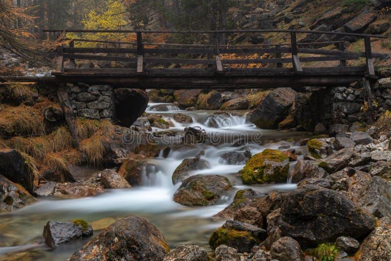 Autumn Colors With River And-Brücke stockbild