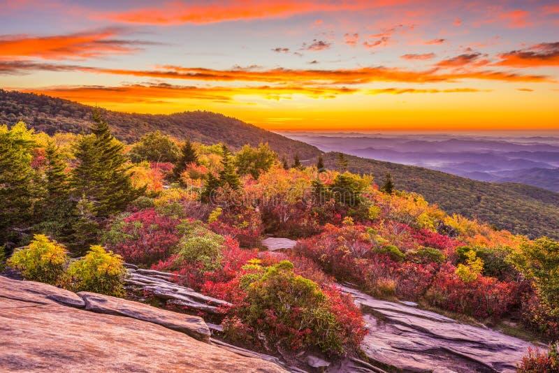 Autumn Dawn in Ridge Mountains blu fotografia stock libera da diritti